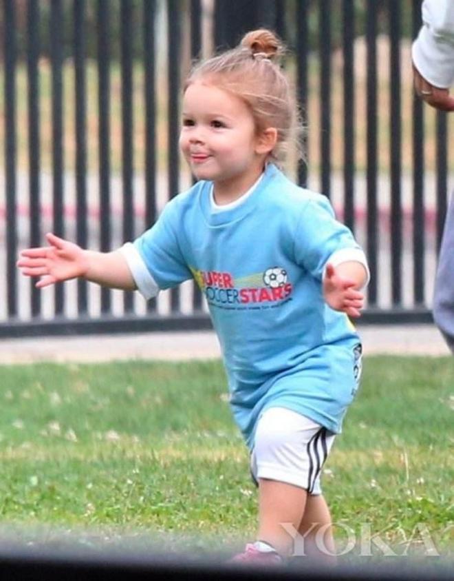原來貝克漢姆家小七公主的嬰兒肥是與生俱來的!小貝和布魯克林童年時和小七都是一個樣!
