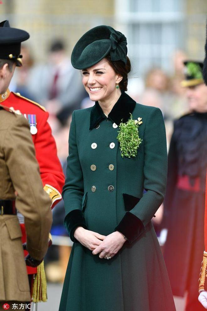 """凱特王妃出席聖帕特里克節遊行 對愛爾蘭獵狼犬上演""""摸頭殺"""""""