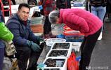 清明假期青島海鮮肥 海捕大蝦30元一斤 大姐忙裡偷閒增收忙