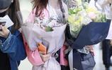 張紫寧現身機場獲大批粉絲接機,對鏡頭優雅撩發散發女性魅力