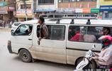 尼泊爾首都實拍當地公交車:乘客經常掛外面,農用三輪也能當公交
