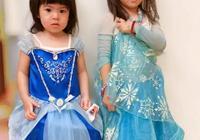 賈靜雯倆女兒偷偷玩她的口紅,結果被罰站了,委屈小表情被萌化了