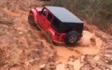 水泥坑裡的吉普車