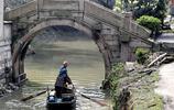 古橋與小船——梅市橋邊弄夕霏,菱歌聲裡棹船歸。