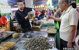 原價5元一斤的蛤蜊 攤主降價賣10元三斤 千斤蛤蜊很快銷售一空