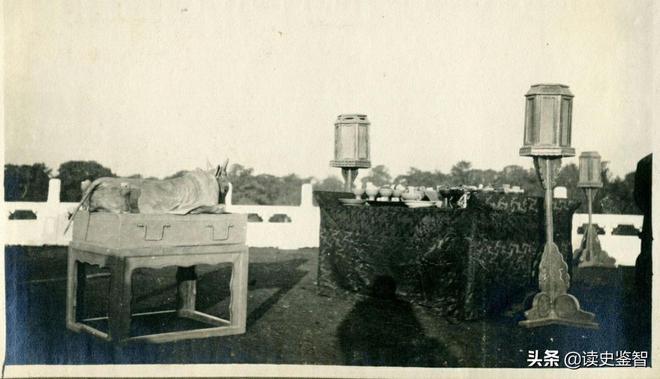 1914年老照片:袁世凱穿龍袍祭天,官員頭插羽毛,士兵手持長矛