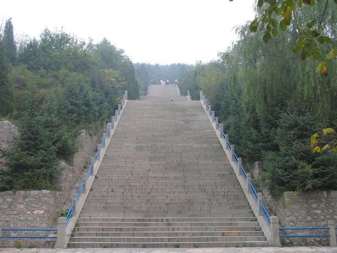 鏡頭下:陳永貴墓地現狀,仿照中山陵設計,三組臺階各有深意!