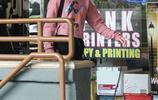 《摩登家庭》大姐SARAH HYLAND今日外出街拍 粉色衛衣清新可愛