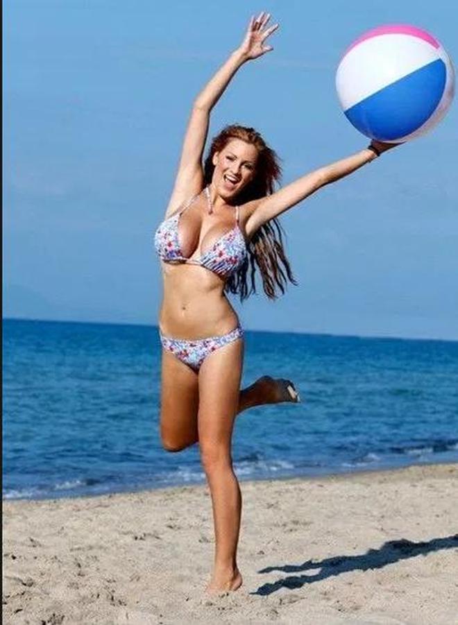 女星喬丹·卡福海邊沙灘打排球,網友:跪求一起打排球的機會