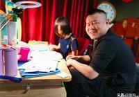 岳雲鵬輔導孩子功課時的表情好熟悉,為多活幾年請個家教吧!