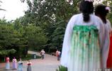 女子們把漢服穿在身上,圍觀群眾以為是在拍電影,原來她們在祭祀織女星