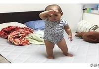 一歲寶寶想讓媽媽抱著睡覺,不會說比了一個動作,網友:太聰明瞭