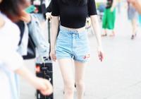 楊冪又穿短褲走機場,這次搭配粉色衛衣減齡太多,筷子腿太搶眼了