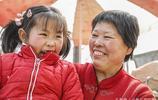 60歲的奶奶和6歲的孫女農村集上做小生意,一集只賣了5元錢