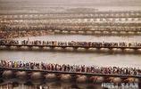 實拍,印度佛浴節 千萬人共飲恆河水 狂歡 苦行僧最開心
