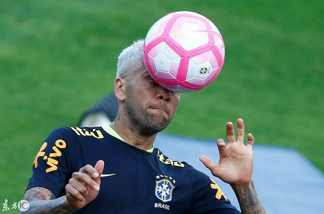 巴西將足球當乒乓球訓練,這技術用泡麵頭頂,內馬爾像海獅玩雜技