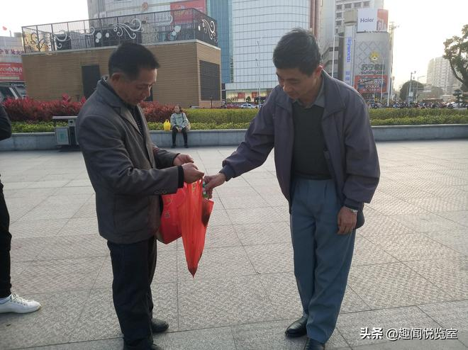 南寧朝陽:兩位民間書法家地上比賽引圍觀,你覺得誰更厲害?