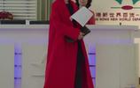 馬伊琍帶女兒現身機場,打扮得比羅子君還時髦,身上的大衣真好看