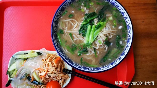 青島這家網紅麵館,曾經排隊吃麵如今平淡,價格仍是十元一碗