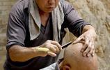 10年前,農村是這樣的剃頭場景,6旬大娘給老伴剃了幾十年