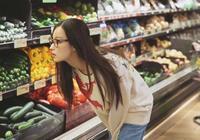 倪妮現身超市上演教科書式自拍,擺拍專業程度堪稱是時尚大片