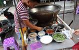 這碗菜便宜又好吃!一口特製大鐵鍋,小哥推著邊走邊賣,一天能賣一大鍋!