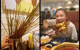 人人都愛吃火鍋,明星也不例外,吳亦凡去吃火鍋的氣勢真帥
