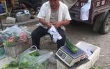 七旬老農驅車80里路來城裡賣菜,這銷售水平讓路人禁不住買多了