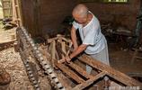 影像記錄,農村桃華山上一和尚堅持八年,終造一木車
