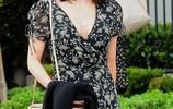 單身也精彩!38歲珍娜·迪萬穿碎花裙與友人聚餐,舉止盡顯女神範