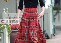 36歲凱特王妃又驚豔了!紅色格紋長裙配高筒靴,時髦又保暖!