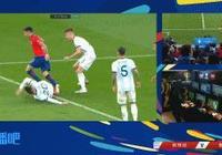 主裁判觀看VAR判罰洛塞爾索送點,比達爾點球扳回一城