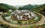 """江西菊徑村小河繞村莊近一週,四周高山環繞,當地人稱""""臉盆村"""""""