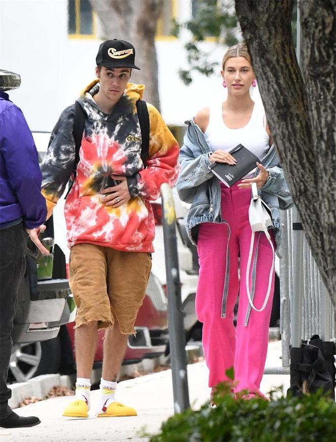 比伯夫婦合體出街,海莉穿闊腿褲比例驚豔,丈夫撕邊褲又酷又帥