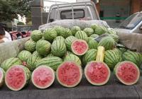 """韓國人到中國,嘴饞買了一個西瓜,結賬時給2百卻被老闆""""抓住"""""""