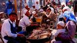 農村人進城擺攤賣小吃:一天能賣幾百串,專家稱吃了會致癌
