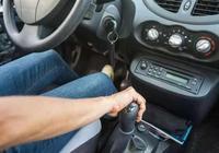 自動擋汽車怎麼下坡?不要掛D擋踩剎車,油耗高,還危險
