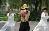 是最炫舞者,還是一次放飛人生?菏澤街頭的恁些人在各顯神通