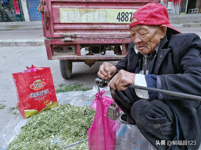 八旬老人賣洋槐花既便宜又好,心地善良賣得快,沒病沒災能長壽