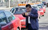實拍:蹲在路邊吃飯的出租車司機,無比心酸