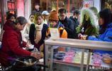湖南農村7旬老人成網紅,城裡開小店賣小吃5年,經常有人坐車來吃