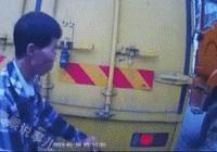 動圖警示:格格衫男子騎車在車縫裡穿插,泥頭車起步時剛好在車前