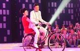 周濤一襲紅色連衣裙現身主持,臺上直接坐自行車後座,感覺很嗨!