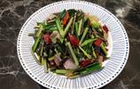 週末家人聚餐,媽媽做了四菜一湯,簡單味美,家人吃得開心、滿足