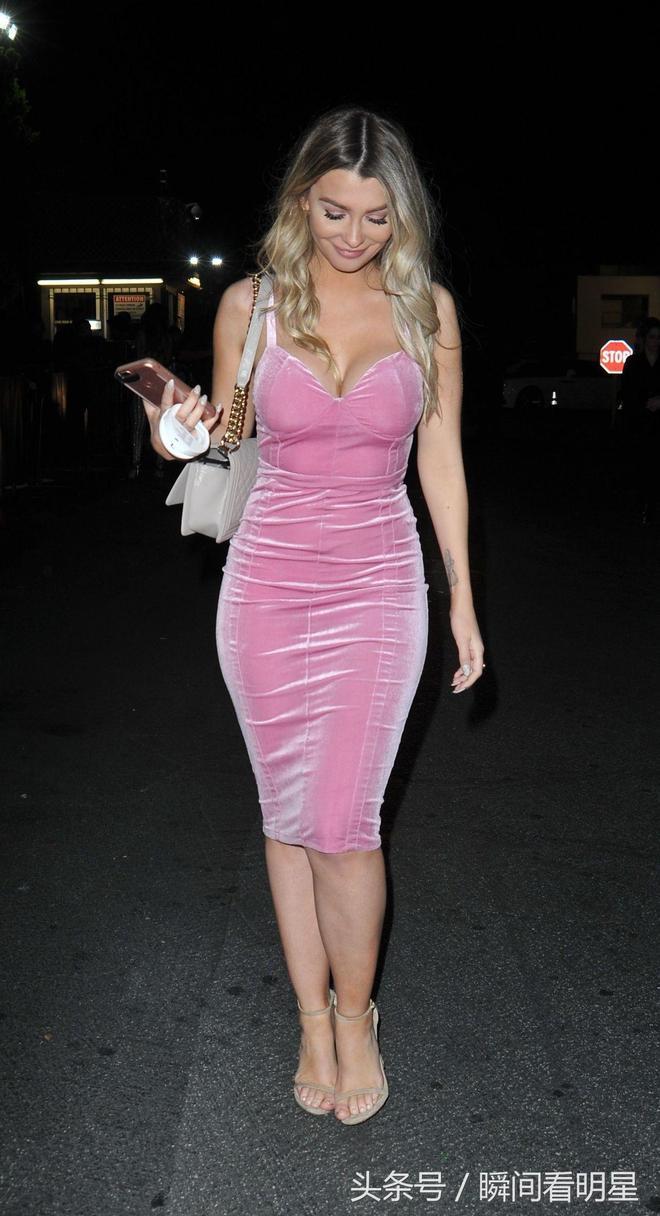女星艾米麗·西爾斯好萊塢夜店外出,看到有狗仔跟拍面帶微笑!