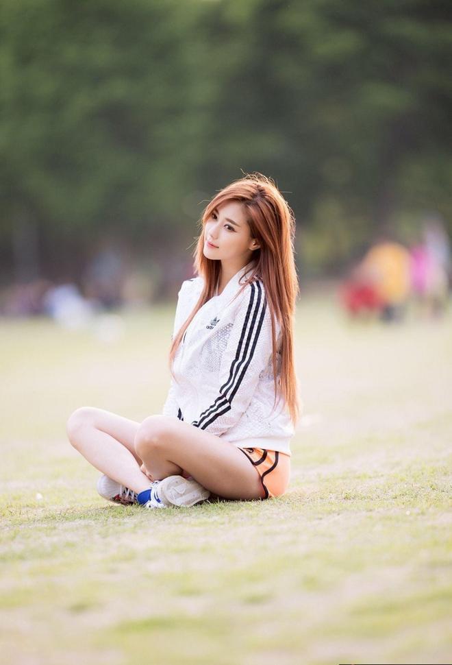 美人攝影:靜靜一個人的時候我總會想的很多,然後就難受很久