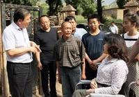 張海迪到陝西省延安農村看望慰問殘疾人家庭