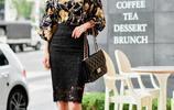 黑色蕾絲中長裙搭配寬鬆花上衣,上班穿也很合適