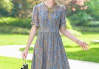 """上了55歲女人,夏天別穿""""老年裝"""",瞧下圖穿連衣裙,年輕時尚"""