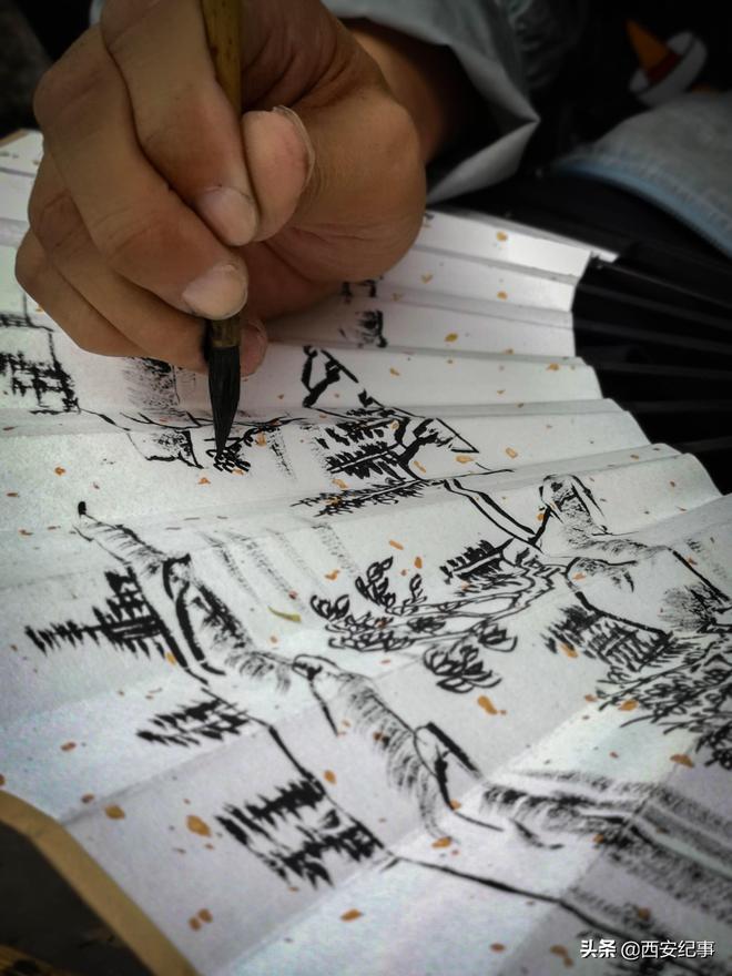 46歲西安畫家街頭畫扇子成了網紅,每天只畫5把收入250元